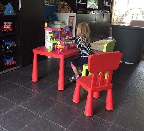 Kindje aan rode tafel